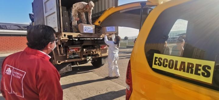 Transporte escolar de Arica se suma a reparto de canastas familiares